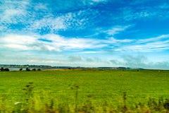 Andscapes dei campi agricoli fotografati dall'automobile vicino Fotografie Stock