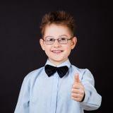Andshowing εντάξει σημάδι χαμόγελου μικρών παιδιών Στοκ Εικόνες