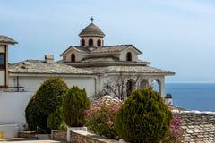 Andspring λουλούδια εκκλησιών στο μοναστήρι του Michael αρχαγγέλων στο νησί Thassos, Ελλάδα Στοκ Εικόνες
