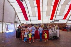ANDUJAR, ESPANHA - setembro, 6: barracas e guarda-chuvas para evitar foto de stock royalty free