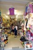 Anduze shoppar av hemslöjder Arkivfoto