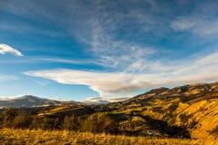 Andyjski krajobraz w ranku i wybucha Cotopaxi volcan zdjęcia royalty free