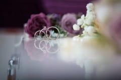 Aneis de noivado da remoção de ervas daninhas Foto de Stock Royalty Free