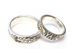 Aneis de noivado de prata com gravura de acordo com o esboço do ` s do autor imagens de stock royalty free