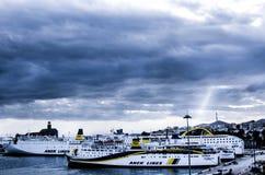 ANEK-schepen bij Piraeus Haven zijn ingescheept die Royalty-vrije Stock Afbeeldingen