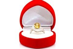 Anel amarelo da safira no branco Fotografia de Stock