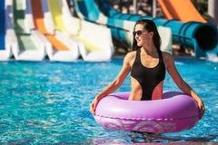 Anel bonito da nadada da terra arrendada da mulher na piscina fotos de stock