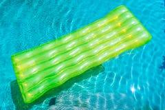 Anel colorido da nadada ou flutuador de borracha em torno da água da piscina fotos de stock royalty free