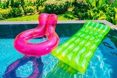 Anel colorido da nadada ou flutuador de borracha em torno da água da piscina fotografia de stock