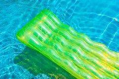 Anel colorido da nadada ou flutuador de borracha em torno da água da piscina fotos de stock