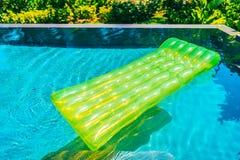 Anel colorido da nadada ou flutuador de borracha em torno da água da piscina imagem de stock royalty free