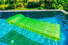 Anel colorido da nadada ou flutuador de borracha em torno da água da piscina imagens de stock