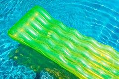 Anel colorido da nadada ou flutuador de borracha em torno da ?gua da piscina foto de stock