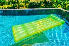 Anel colorido da nadada ou flutuador de borracha em torno da ?gua da piscina fotografia de stock royalty free