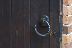 Anel da porta do metal em portas de madeira Imagens de Stock Royalty Free