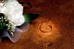 Anel de casamento ao lado do corsage Fotos de Stock