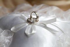 Anel de casamento de prata imagens de stock