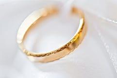 Anel de casamento em uma tela satiny (macro) Fotos de Stock Royalty Free