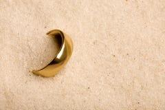 Anel de casamento na areia Foto de Stock