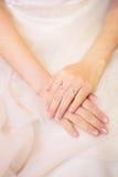 Anel de casamento na mão com vestido Imagens de Stock Royalty Free