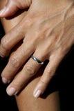 Anel de casamento no dedo dos womans imagem de stock