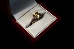 Anel de dedo com um gemstone amarelo Foto de Stock Royalty Free