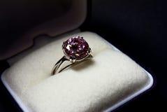Anel de dedo com um gemstone cor-de-rosa Imagens de Stock Royalty Free