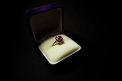 Anel de dedo com um gemstone cor-de-rosa Imagens de Stock