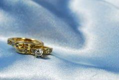 Anel de diamante com a faixa de casamento no azul imagens de stock royalty free