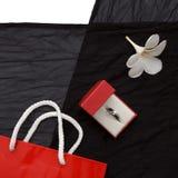 Anel de diamante em uma caixa de presente no fundo preto Imagens de Stock Royalty Free