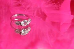 Anel de diamante glamoroso fotografia de stock royalty free