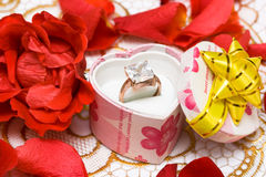 Anel de diamante na caixa bonita Foto de Stock Royalty Free