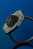 Anel de diamante no fundo azul Fotografia de Stock