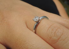 Anel de Diamond Engagement no dedo Imagem de Stock