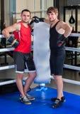 Anel de encaixotamento com o pugilista de dois homens O homem contrata artes marciais Fotografia de Stock Royalty Free