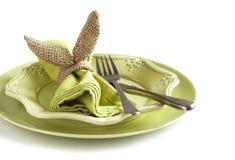 Anel de guardanapo do coelho de serapilheira Ajuste da tabela da Páscoa fotos de stock royalty free