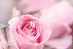 Anel de noivado do diamante em uma rosa cor-de-rosa fotos de stock royalty free