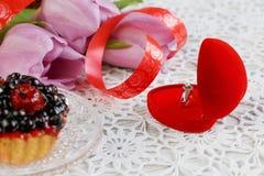 Anel de noivado dourado Fotos de Stock Royalty Free