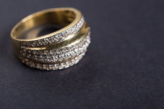 Anel de noivado dourado no fundo cinzento Fotos de Stock