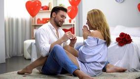 Anel de noivado entusiasmado de doação masculino da senhora, surpresa romântica no dia de Valentim fotos de stock royalty free