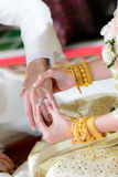 anel de noivado no dedo do noivo Fotos de Stock Royalty Free