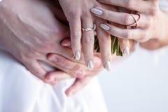 Anel de noivado no fim da mão do ` s da noiva acima imagens de stock royalty free