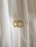 Anel de noivado no vestido da noiva Imagens de Stock