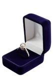 Anel de ouro bonito com pedras preciosas Fotografia de Stock