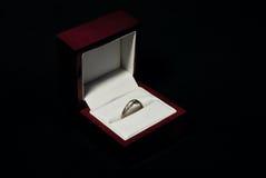 Anel de ouro branco com diamantes Fotos de Stock Royalty Free
