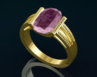 Anel de ouro com as gemas no fundo Imagem de Stock Royalty Free