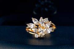Anel de ouro com brilhante Imagens de Stock Royalty Free