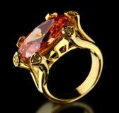 Anel de ouro com gema em um preto Fotografia de Stock