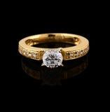 Anel de ouro com o brilhante no preto Foto de Stock