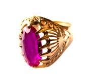 Anel de ouro com o rubi isolado no fundo branco Fotos de Stock Royalty Free